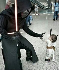 Kylo Ren meets tiny Rey - Star Wars Cosplay - Star Wars Cosplay news - - Kylo Ren meets tiny Rey Star Wars Film, Star Wars Meme, Star Wars Rebels, Star Trek, Darth Vader Kostüm, Costume Star Wars, The Maxx, Fandoms, The Force Is Strong