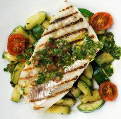 Kalan lisukkeena on kesäkurpitsaa ja yrtti-tomaattikastiketta.