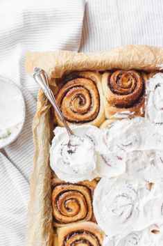 Soft and gooey cinnamon rolls with cream cheese frosting. This is an easy cinnamon roll recipe with a secret ingredient to get that soft texture. Soft and gooey cinnamon rolls made with brown butter. Brunch Recipes, Sweet Recipes, Breakfast Recipes, Dessert Recipes, Sweet Breakfast, Brownie Recipes, Delicious Desserts, Yummy Food, Tasty