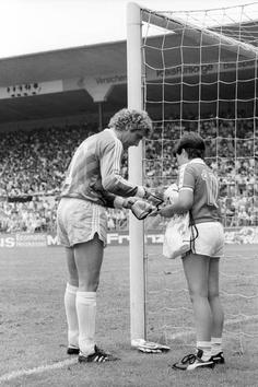 1986, DFB-Pokalspiel gegen Kickers Offenbach, Bayern-Torwart Jean-Marie Pfaff bleibt kalt wie Eis. Und verteilt lässig Autogramme.
