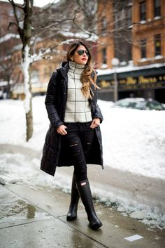 Pam Hetlinger's monochrome look is stunning. We love the ripped jeans detail, keeping the whole outfit dressed down and fashion forward. Sweater: Sheinside, Jeans: DSTLD, Boots: Hunter, Parka: North Face, Sunglases: Ray-Ban Winter Outfits For Work, Winter Outfits Women, Winter Fashion Outfits, Spring Outfits, Autumn Fashion, Outfit Summer, Fashion Black, Fashion Fashion, Vintage Fashion