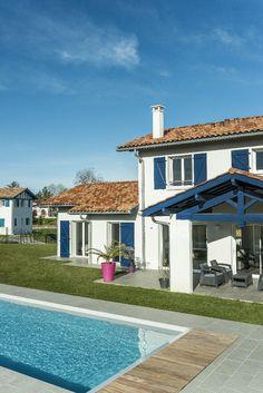 Arcangues, Pyrénées Atlantiques, France. Design et construction by Maisons Aquitaine. #aquitaine #maisons #moderne #piscine Crédit Photo : Agence Freestyle