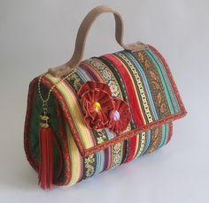 Bolsa artesanal de fitas pequena. www.puppen.com.br