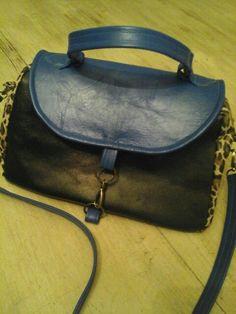 Bolsa Stha, em couro preto, azul e oncinha. By Jacyra.