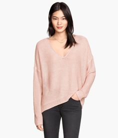 Slouchy powder pink V-neck sweater with long sleeves & side slits. | Warm in H&M