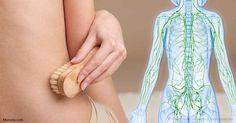 Cepillar su piel en seco exfolia las células muertas de la piel y estimula su sistema linfático, que es la red de vasos sanguíneos que transportan los desechos metabólicos.