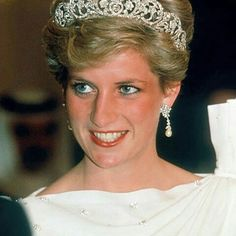 17 November 1986: Princess Diana attend a state banquet at The Emir's Palace in Manamah, Bahrain. She wore the Spencer family diamond tiara with diamond and pearl drop earrings that were presented to her as a gift by the former Emir of Qatar ■imgrum.org