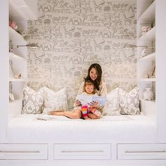 Amazing kid's reading nook features a built-in daybed with three drawers flanked. Amazing kid's reading nook features a built-in daybed with three drawers flanked by built-in book Built In Daybed, Built In Bookcase, Full Daybed, Bookshelf Styling, Bookshelves, Kid Spaces, Small Spaces, Coin Banquette, Girls Bedroom
