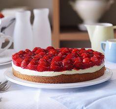 Erdbeertorte Die klassische Erdbeertorte mit Biskuitboden wird bei unserem gelingsicheren SweetFamily Backrezept mit einer sahnigen Mandelpuddingcreme verfeinert. Einfach himmlisch.