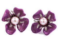 Durchmesser: ca. 3 cm. Gewicht: ca. 32,6 g. Moderne, violett emaillierte Ohrclipse in Blütenform mit je einer zentralen roséfarbenen Zuchtperle, im...