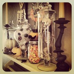 Last Minute Halloween Décor – Ideas for Simple Halloween Decorations Halloween Decor – love the use of apothecary jars! I've been looking for a good excuse to buy some! Spooky Halloween, Fröhliches Halloween, Adornos Halloween, Easy Halloween Decorations, Halloween Home Decor, Holidays Halloween, Halloween Pumpkins, Halloween Costumes, Vintage Halloween