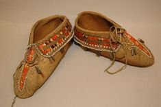 Pair of moccasins made of skin, quills (porcupine), beads, metal, hair, thread. Image taken during GRASAC project, 2007.