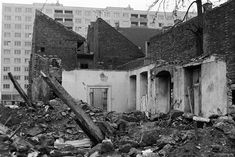 A régi és az új találkozása. Akinek szerencséje volt a közelben épülő panelházakba költözhetett lebontásra kerülő lakásából. #panelházak #régiképek #retro #budapest #budapestrégen #otthon #1000otthon