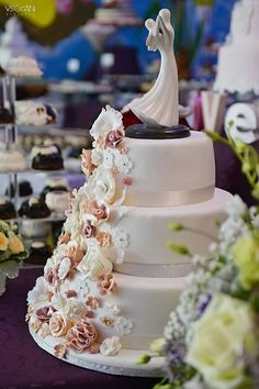 Wedding Cakes, Crown, Desserts, Jewelry, Food, Tailgate Desserts, Jewellery Making, Meal, Wedding Pie Table