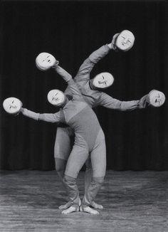 """""""Siempre y cuando la cabeza está en el lugar"""" (1978)   Diseño, puesta en escena y la interpretación de HEGGEN Claire y Yves MARC Movimiento de Teatro. Mimos y payasos Festival, 1980.   Fotógrafo: gestión Fastome. Archivo TJP, Estrasburgo."""