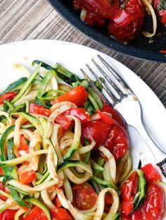 Zucchini Nudeln mit einer vegatarischen Sauce