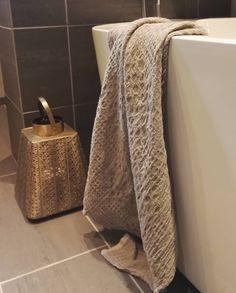 """Eit handkle i lin gjev kroppen den deilige skrubben etter eit varmt bad. Fins i fleire…"" Linen Towels, Home Textile, Linen Bedding, Den, Blanket, Home Decor, Linen Sheets, Decoration Home, Room Decor"