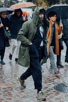 モッズコートとスーツとスニーカーの着こなし