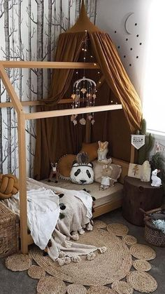 Warm tones - natural wood and earthy elements in this cosy, chic kids bedroom