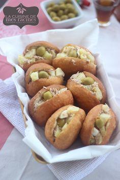 -Fricassée tunisienne ou fricassé tunisien sont des petits sandwichs qui font partie de la cuisine tunisienne, préparés avec des petits pains frits.