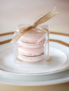 Macaron favor - love this idea for wedding favors. Perfect, Ryan and I loooove French macarons. Wedding Gifts For Guests, Wedding Favours, Party Favors, Wedding Desserts, Macaroon Wedding Favors, Wedding Cakes, Wedding Stationery, Wedding Table, Diy Wedding