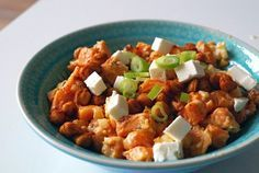 Zoete aardappelsalade met feta en geroosterde kikkererwten (vegetarisch)