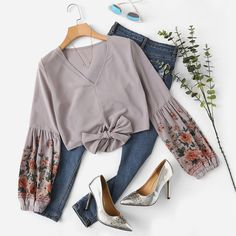 To find out about the Floral Print Knot Hem Blouse at SHEIN, part of our latest Blouses ready to shop online today! Casual Dresses, Casual Outfits, Cute Outfits, Floral Outfits, Western Outfits, Western Wear, Hijab Fashion, Fashion Outfits, Womens Fashion