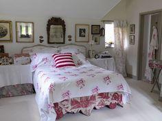Riconoscete questo Cottage? E' lo splendidorifugio nella campagna inglese che circonda Bathdi Christina Struttdi Cabbages & Roses(di cui ho già avuto occasione di parlare nel mio blog nel postIl Vintage Chic di Christina Strutt), questa volta fotografatonella bella stagione: per veder
