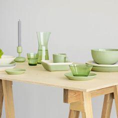 Het prachtige iittala teema servies is een typisch voorbeeld van het minimalistische van Scandinavisch design. Ontworpen door Kaj Frank en verkrijgbaar en combineerbaar is wit en groen.
