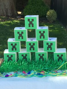 Cupcake boxes covered with creeper printouts. We put pixelized necklaces and stickers along with Minecraft bookmarks inside. Minecraft Party Favors, Minecraft Birthday Party, Minecraft Crafts, Birthday Parties, Mindcraft Party, Cupcake Boxes, Covered Boxes, Creepers, Bookmarks
