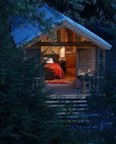 """I'm just pinning them with the comments I am finding. I think this MIGHT say: """"What a cute tiny house""""! Intressant artikel om luftkonditionering i små hus också . Little Cabin, Little Houses, Tiny Houses, Dream Houses, Cozy Cabin, Guest Cabin, Cozy Cottage, House Ideas, Cabins And Cottages"""