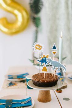 Kuchen und Kekse Dino Geburtstag Birthday Themes For Boys, Happy Birthday, Birthday Cake, Party Box, Safari Party, Kids Party Decorations, Animal Party, Diy For Kids, Birthday Candles