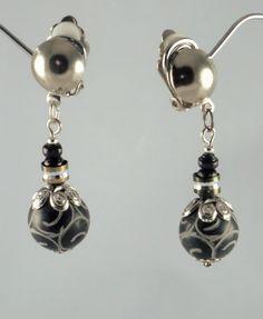 Courtes boucles d'oreilles pierres fines, bois et strass: jade noir gravé de motifs ethniques et détails argentés