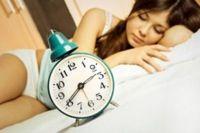 La melatonina es una substancia que nos ayuda a conciliar antes y mejor el sueño. Y lo que es muy importante, sin las contraindicaciones ni efectos secundarios de ansiolíticos, inductores del sueño, etc. En este artículo te lo explicamos.