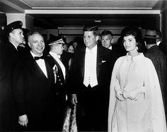 Especial Siglo XX – Década de los 60 – Capítulo 6: El Asesinato del Presidente Kennedy Hola Amig@s. En esta serie de 10 audios se relatan los acontecimientos más importantes de una de las épocas más turbulentas e influyentes en la política y cultura del siglo XX, y que ejerció un fuer…
