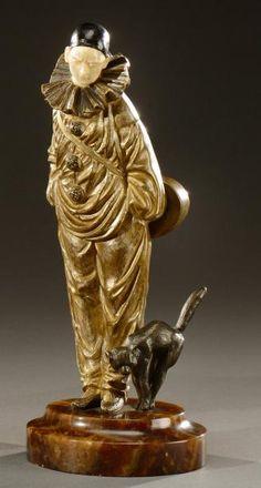 RICHARD, d'après un modèle de Georges OMERTH Sculpture chryséléphantine en bronze à patine argentée et ivoire figurant un clown et son chat. Signée «Richard». Fonte d'édition ancienne, vers 1930. H: 23… - Aguttes - 11/06/2014
