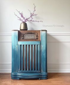Craving some drippy-chippy-blendy blues with this vintage Philco radio! 💙 I was inspired by an old trunk I spied at the recently. Colors used: Abyss, River Rock, Higgins Lake, Antique Villa and Limestone. Blue Furniture, Colorful Furniture, Painted Furniture, Furniture Inspiration, Painting Inspiration, Annie Sloan Chalk Paint And Wax, Magical Bedroom, Pub Interior, Hotel Room Design