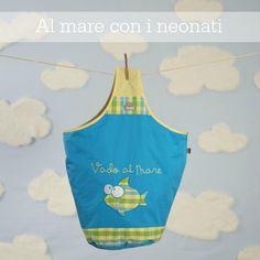 Ai bimbi piccoli al mare non serve molto: un asciugamano, una borsa per i giochi, un cappellino e una buona protezione solare.