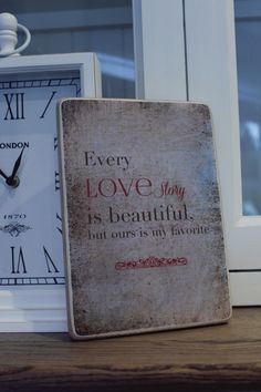 """Holzblock/ Holzschild """" Every love story is beautiful, but ours is my favorite """",  vintage Hintergrund beige mit weissem und rotem Text."""