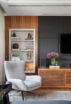 Combinação elegante: rack com portas em madeira ripada, torre lateral com nicho e painel cinza chumbo para televisão.