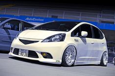 Honda Fit - Anos 00, Aro 18, Branco, Faróis amarelos, Hatch, Películas claras, Rodas brancas, Suspensão a ar, Todo branco - AutoCustom