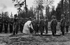 La División AzulLo que allí se encontraron quienes acudieron a la llamada de la lucha contra el judaísmo y el comunismo fue uno de los escenarios bélicos más duros de la Segunda Guerra Mundial, marcado por unas condiciones meteorológicas extremas, en el que se sucedían salvajes encuentros en el campo de batalla y tenían lugar matanzas sistemáticas de judíos y prisioneros llevadas a cabo por las SS, pero también por el ejército alemán, del que formaban parte