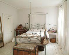bedroom - vintage trunk & iron bed frame with canopy Vintage Room, Vintage Stil, Bedroom Vintage, Vintage Decor, White Bedroom, Dream Bedroom, Serene Bedroom, Pretty Bedroom, White Rooms