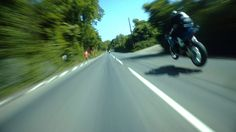 THE GREATEST SHOW ON EARTH: Like the Millennium Falcon travelling through hyperspace, Guy Martin chases 2014 Superbike division winner Michael Dunlop around the Isle of man TT course at speeds up to & above 200 miles per hour. Hang on to yourself! Guy Martin, Suzuki Superbike, Motorcycle Loading Ramp, Isle Of Man Tt, Course Moto, Ex Machina, Racing Motorcycles, Road Racing, Courses