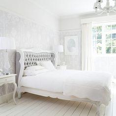 <p>Svulstigt, magnifikt och rejält med tyg. Ett sovrum i fransk stil sparar inte på krutet när det kommer till att ta ut svängarna. Gardiner, kuddar, mattor, täcken, mönster och överkast, det är mycket av allt. Ett franskt sovrum är ombonat och vackert. Ett sovrum man vill vara i helt enkelt.</p>