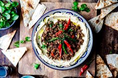 Hummus med duftende krydret kjøtt og auberginer