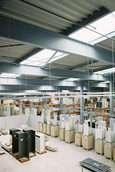 Überblicke über die riesen Produktionshalle von Elbau Modern, Lighting, Home Decor, Custom Kitchens, Trendy Tree, Decoration Home, Light Fixtures, Room Decor, Lights