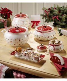 Let your kitchen table be the festive highlight of your home with these decoration ideas. This adorable festive tableware set provides Christmas spirits wherever you decide to put pieces of Christmas China, Christmas Dishes, Christmas Kitchen, Merry Christmas, Strawberry Kitchen, Christmas Table Settings, Christmas Tablescapes, Villeroy Et Boch Noel, Biscuits