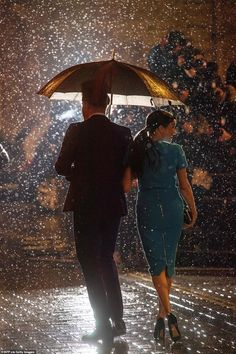 Royal fans gush Prince Harry and Meghan Markle photo looks like something from a movie scene Harry And Megan Markle, Meghan Markle Prince Harry, Prince Harry And Megan, Harry And Meghan, Prince Henry, Victoria Beckham, Meghan Markle Photos, Sussex, Rain Photo