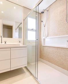 Pq nós amamos banheiros neutros e atemporais!  Projeto Autoria Desconhecida. Snap: Decoremais  @carolcantelli_interiores